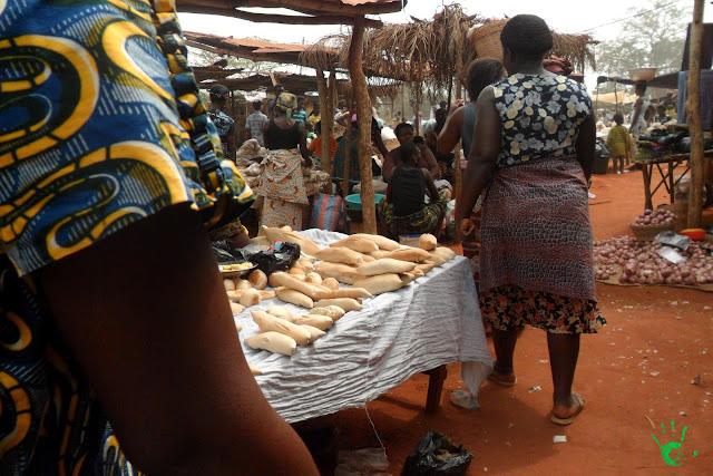 Bancarelle di pane, igname e manioca al mercato di Noepé, Togo, Africa