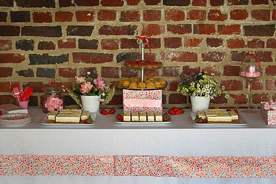 table gourmande avec fleurs