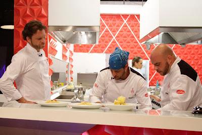 Na foto: Bertolazzi avalia os pratos durante o jantar, que são entregues com atraso. Crédito: Divulgação
