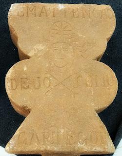 """Lápide, trabalhada em pedra jesuíta, com a inscrição """"Em Atenção de José Mugartegui"""". Museu Missioneiro de São Borja."""