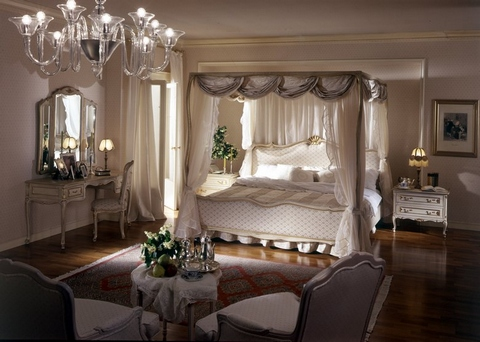 [Bedroom with a canopy bed]