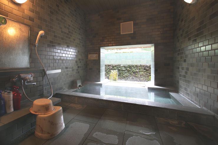 別館バトゥール地階に小滝の流れる2つのバリ風半露天風呂でございます。自然と人工の調和の取れた池に大きな石像ガエルが佇んでおり、貸切でバリ島のスパの雰囲気をお楽しみ頂けます。