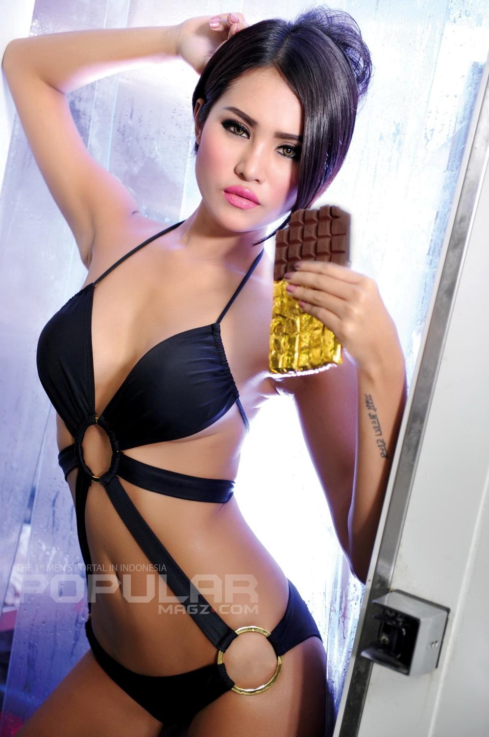 Foto Artis dan Model Majalah Popular   model seksi Laras Monca    Laras Monca