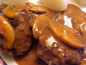 Boulettes de boeuf à l'ail, sauce aux champignons