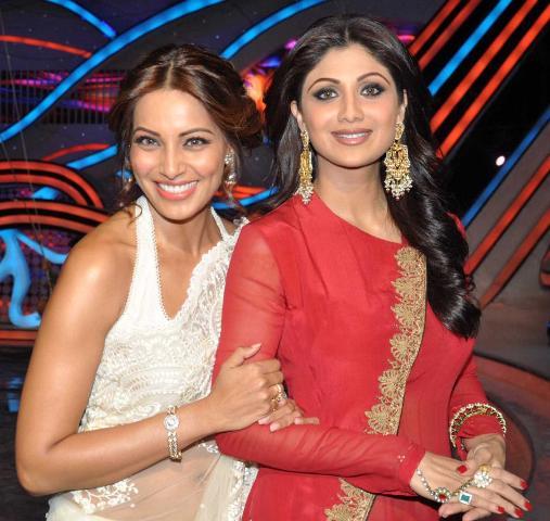Bipasha Basu with Shilpa Shetty on Nach Baliye 5! Bipasha-Basu-Promoting-Aatma-movie-On-Nach-Baliye-25