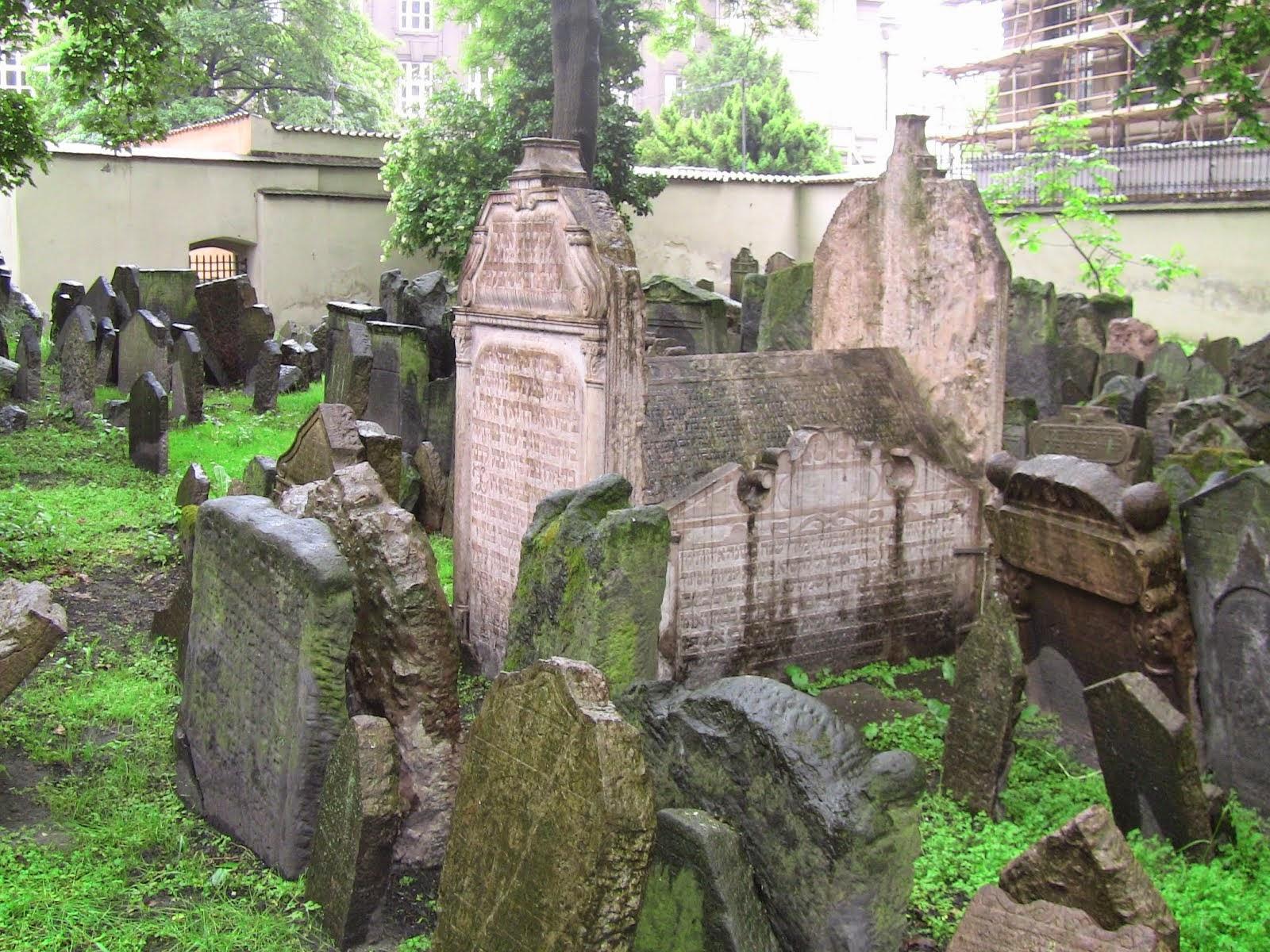 tombe juive du XVIIIe siècle en forme de sarcophage