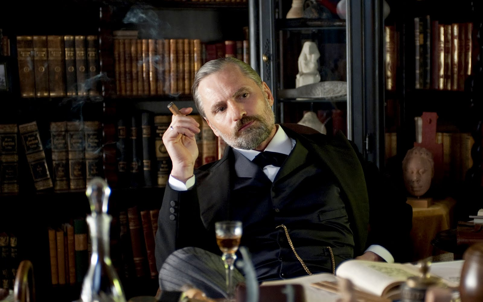 http://2.bp.blogspot.com/-KNEZH2d2dtQ/TshGK8pc_fI/AAAAAAAAB5I/Jy2rZx0xMbw/s1600/a-dangerous-method-movie-image-viggo-mortensen-05.jpg