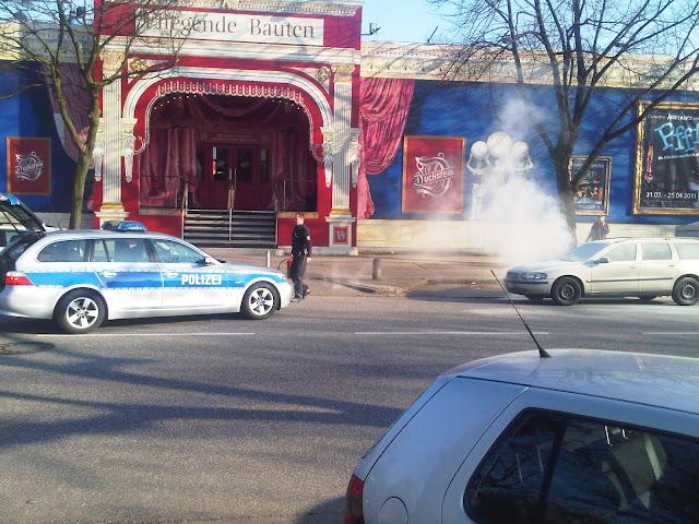 Autobrand - Polizist mit Feuerlöscher - Fliegende Bauten - Heiligen-Geist-Feld