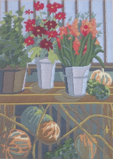 Bordado de flores en una ventana