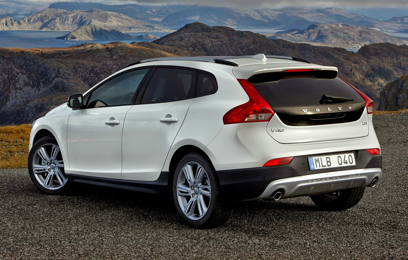uautoknow: volvo adds drive-e t5 with awd to v40 cross country