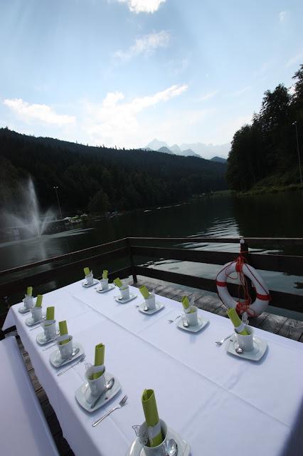 Sommerhochzeit am Riessersee - Kaffee und Kuchen auf dem Floss