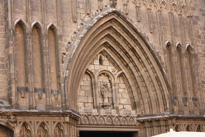 Gothic archivolts of the main entrance to Santa Maria del Pi