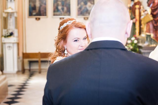 """Panna Młoda w kolczykach ślubnych sutasz """"Rossa Pearl""""."""