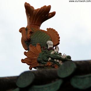 Figura de pez dragón en el tejado del Memorial Tang