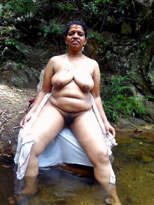 Old Nangi Bhabhi Naked In Water