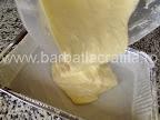 Prajitura cu vanilie preparare reteta blat - turnam compozitia in tava unsa cu grasime si tapetata cu faina