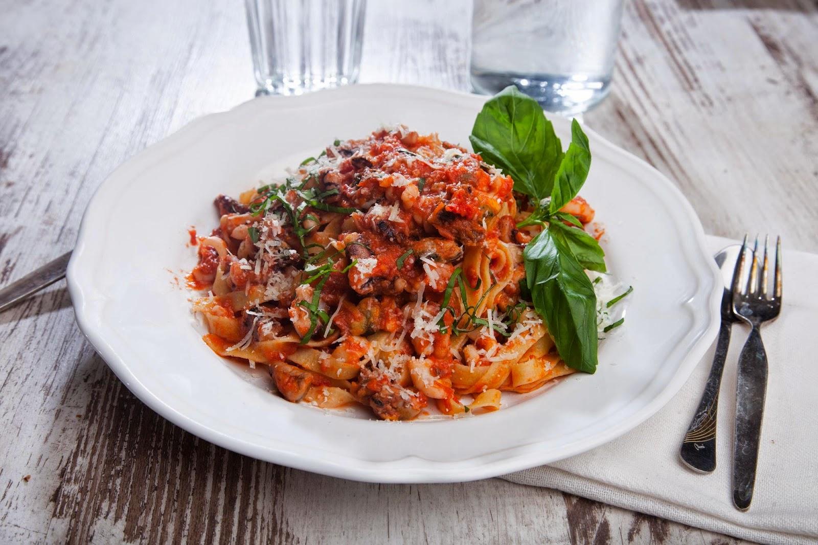 Паста с морепродуктами в томатно-базиликовом соусе (наша любимая!)