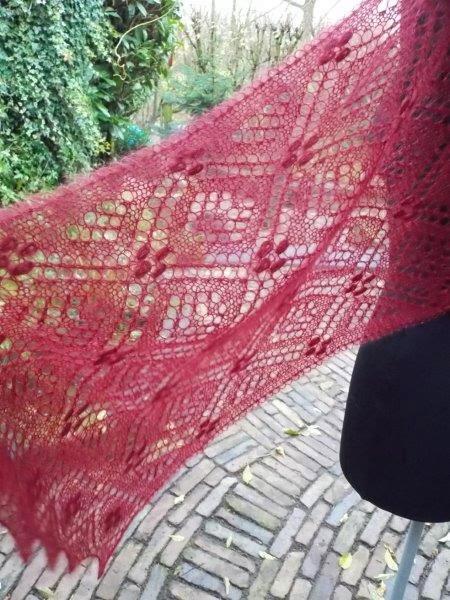 TE KOOP: wijnrode kidsilk shawl.