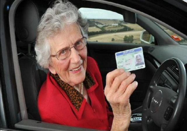Nenek-nenek Sering Bingung Bedakan Pedal Gas Dan Rem [ www.BlogApaAja.com ]