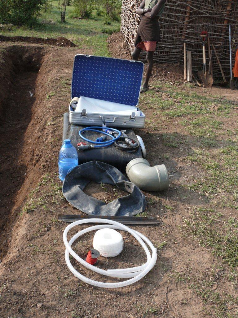 bau einer biogasanlage maasai mara kenia es geht vorw rts die folien k nnen ausgelegt werden. Black Bedroom Furniture Sets. Home Design Ideas