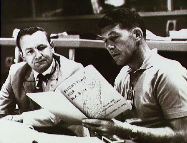 Schirra y Kraft discutiendo el plan de vuelo de la Mercury 8