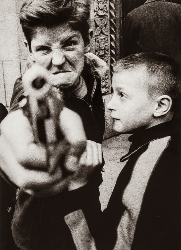 william_klein_pistola