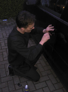 Schlüsseldienst www.muenchen-schluesseldienst.org im Einsatz: Autoöffnung VW in München. Im Bild Touran Bj. 2006