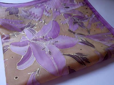 Kézzel festett liliomos selyemkendő nőknek