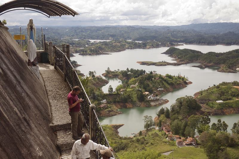 Guatapé in Antioquia; Tahamies Indians; vertical crack; staircase of 649 step; La Piedra Del Peñol; El Peñol; La Piedra; National Monument; Luis Villegas; Pedro Nel Ramírez; Ramón Díaz; Pitcairma heterophila; acquire handicrafts; batlolito antioqueño