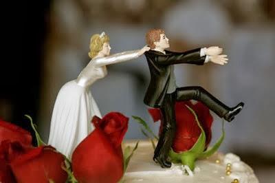 Gnvision - Bolos de casamento engraçados e criativos - Noivo fugindo, noiva segurando