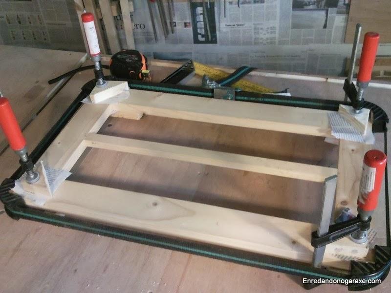 Como unir y encolar las piezas de la puerta de la vitrina. Enredandonogaraxe.com