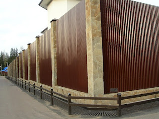Забор из профлиста с кирпичными столбами. Фото 19