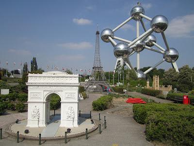 Por último, el famoso Atomium y el parque Mini-Europa. El Atomium es una estructura de 103 metros de altura que fue construida para la Exposición General de Bruselas en el año 1958. Formado por nueve esferas de acero de 18 metros de díametro.