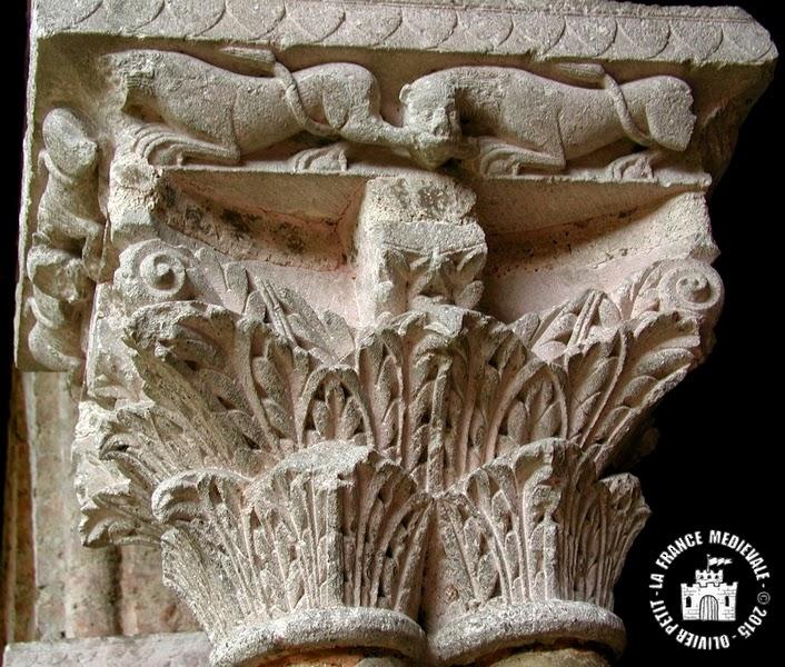 MOISSAC (82) - Le cloître roman : chapiteau à décor végétal et lion