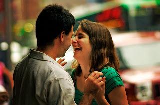 Quer ficar comigo?  Dá um sorriso se a resposta for SIM e  um mortal para trás se a resposta for NÃO.