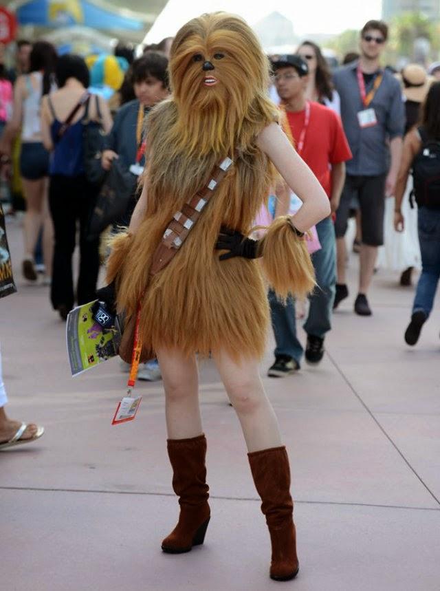 femme cosplayé en haut de chewbacca