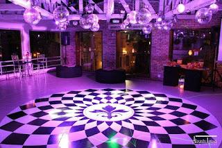 teto cascata globos espelhados, pista dança redonda preto branco