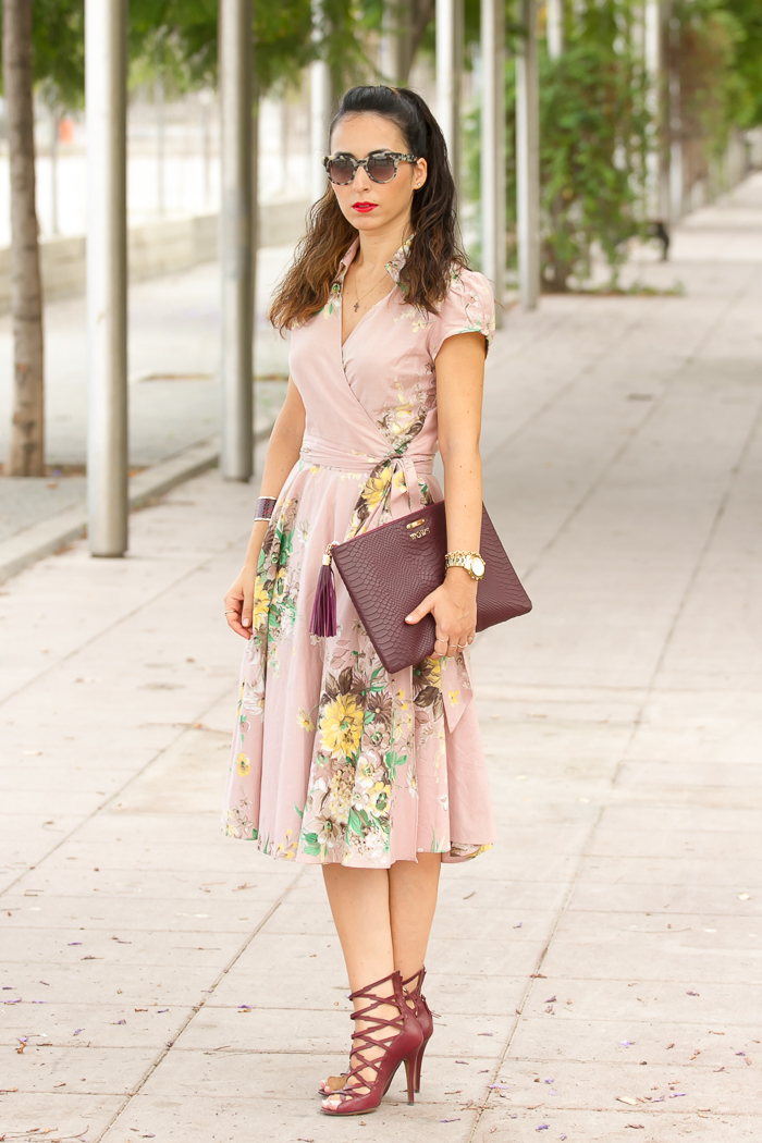 Vestido largo por la rodilla camisero estilo lady con sandalias Isabel Marant