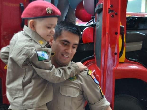 Crianças em tratamento de câncer têm dia de bombeiro no Paraná