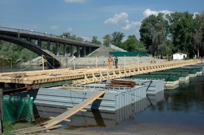 Фото Укринформ: аварийный и понтонный мосты