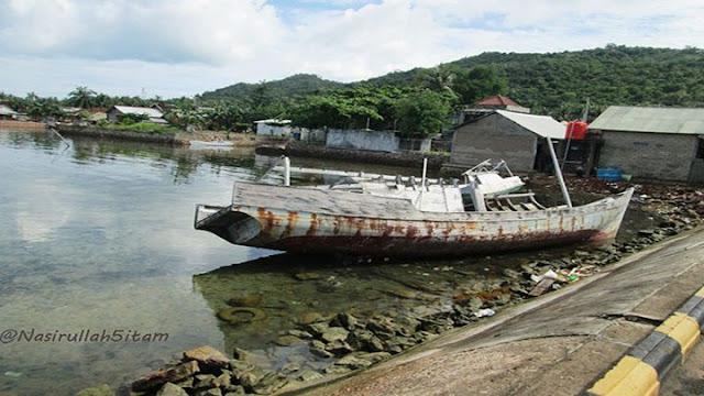 Bongkahan bangkai kapal di pelabuhan Lama Karimunjawa