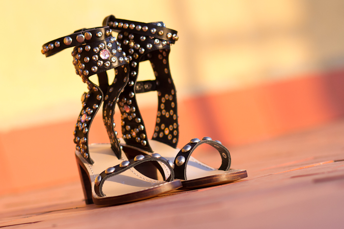 Sandalias atadas al tobillo con tachuelas