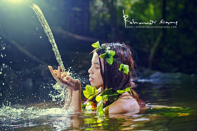 foto model cantik seksi konsep alam liar hutan jungle