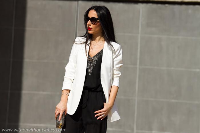 Look elegante para celebraciones con mono negro con escote con cuentas de cristal y chaqueta blazer blanca