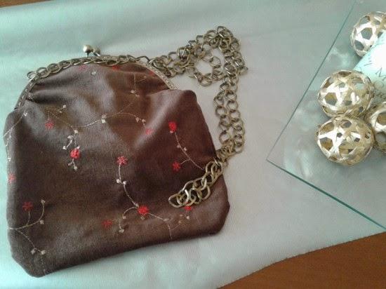 Bolso con boquilla metalica en acabado bronce forrado con bolsillo