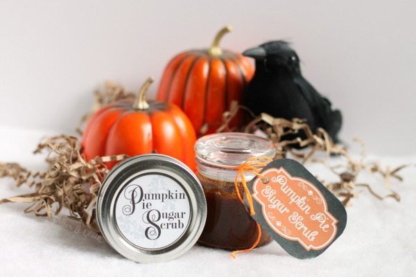 Make a sugar scrub that smells like pumpkin pie--great for a gift or party favor! Free printable jar labels and gift tags in post. pitterandglink.com