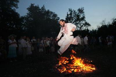 Фото Укринформ: прыжок через костер