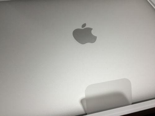 新しいMacBookの箱を開けたところ