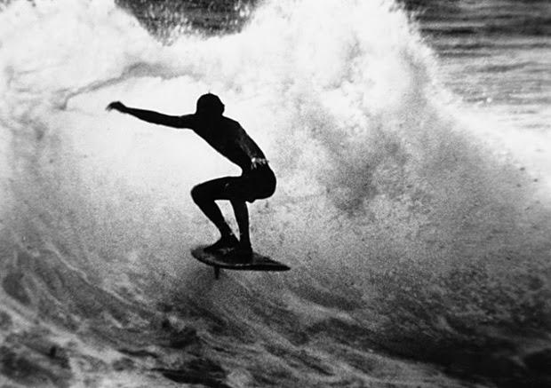 Harold Iggy melatih keseimbangan berselancar di Makaha in Hawaii, 1960.