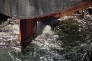 Heck und Ruderanlage eines Frachtschiffes